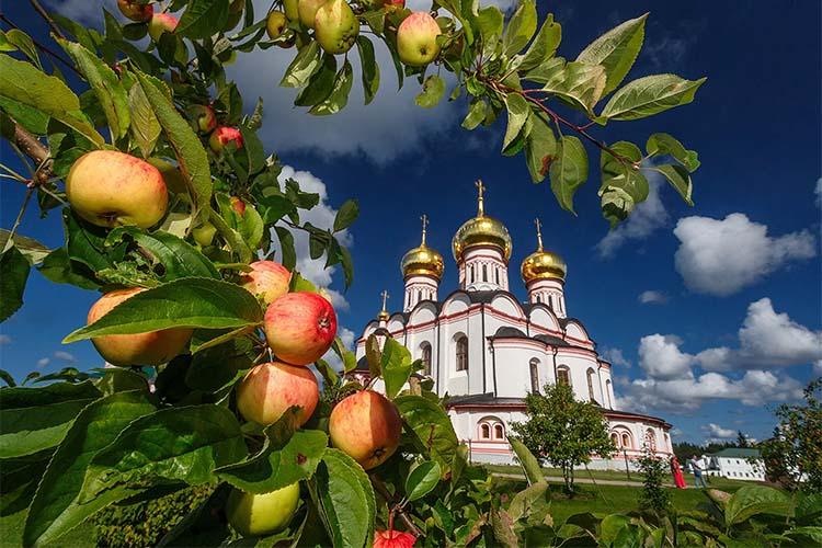 Яблоки на фоне храма