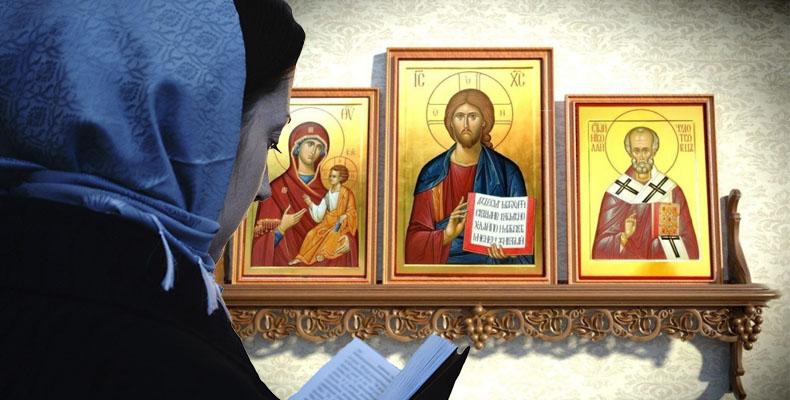 Женщина молится перед иконами