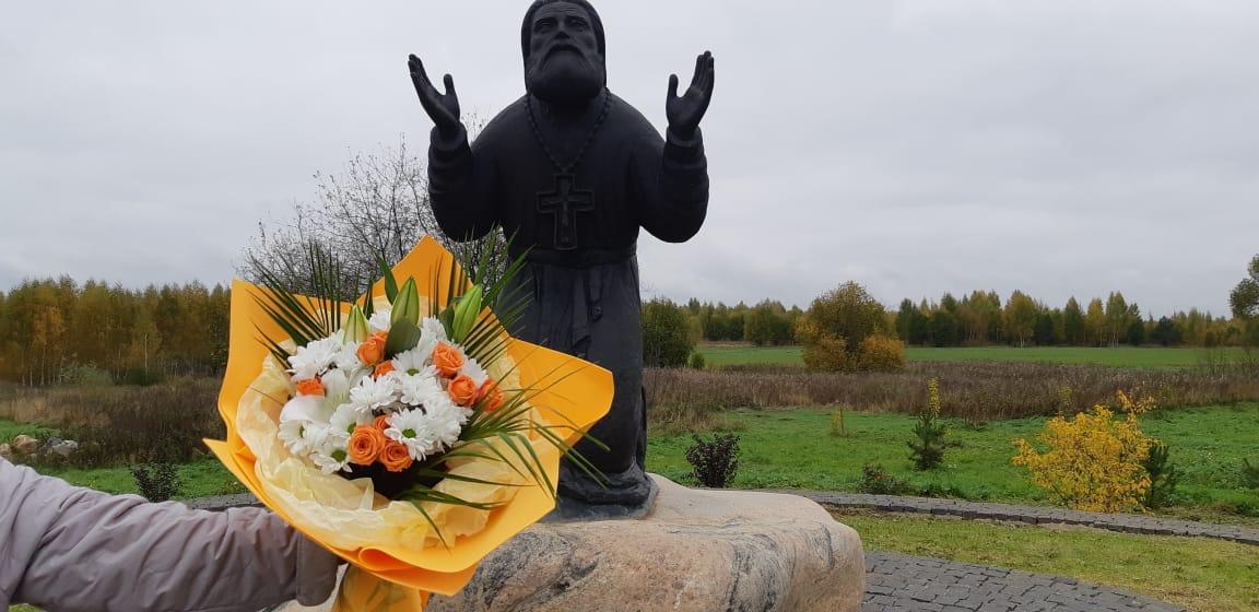 Цветы к Животворящему Кресту Господню перед пямятником прп. Серафиму Саровскому