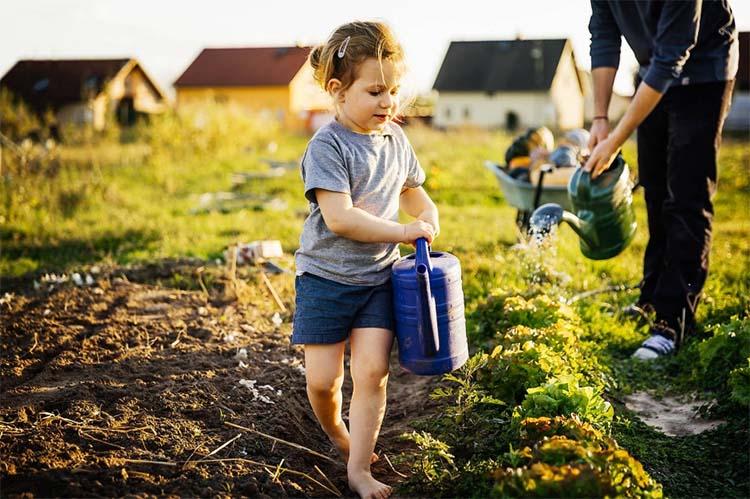 Девочка помогает родителям