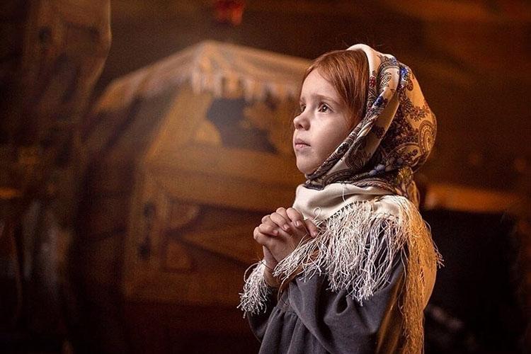 Девочка в храме