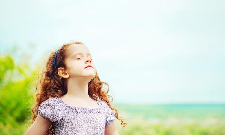 Девочка вдыхает носом