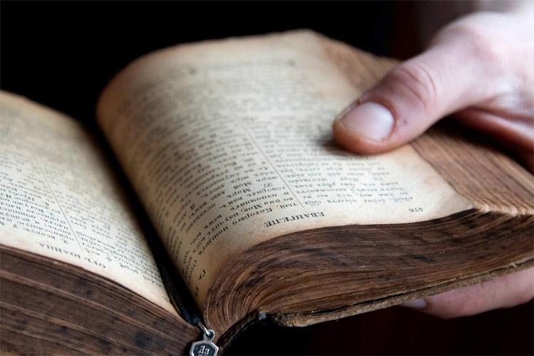 Евангелие в руках