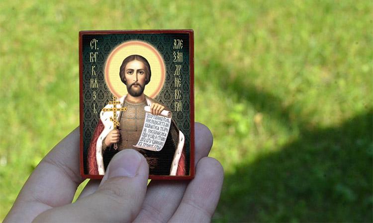 Иконка благоверного князя Александра Невского в руке