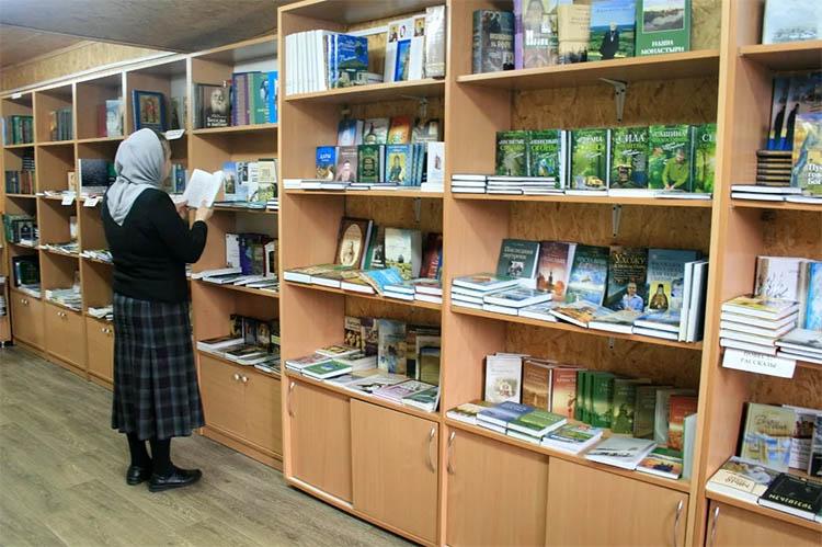Книги в церковной лавке