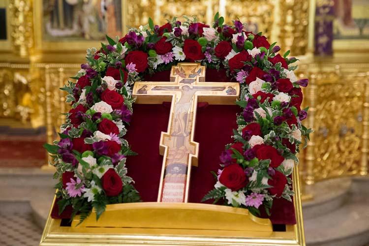 Крест Господень на аналое в храме