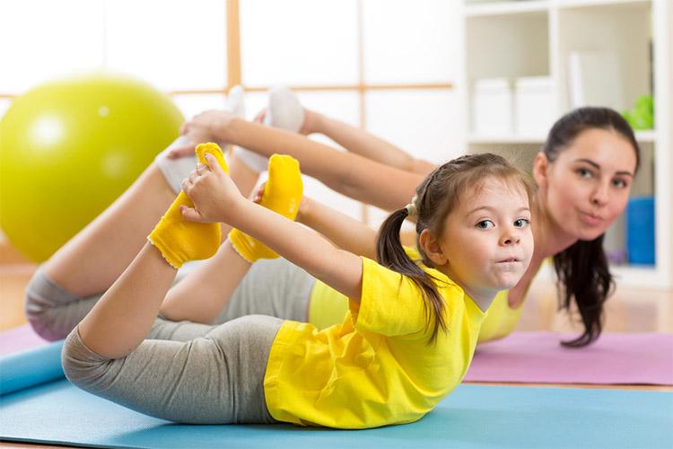 Мама с дочкой делают упражнения