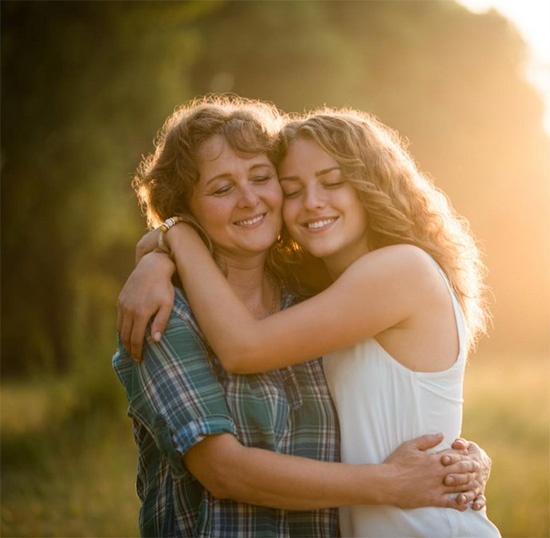 Мама с дочкой обнимаются