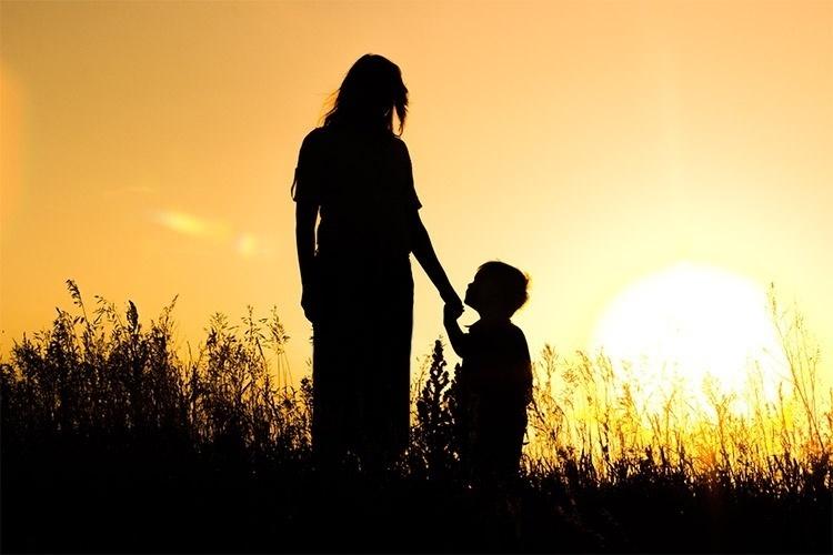 Мама с сыном в поле