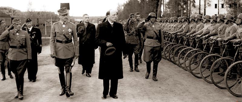 Маршал Маннергейм и президент Рюти инспектируют войска