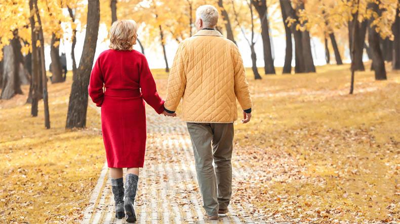 Муж и жена гуляют осенью