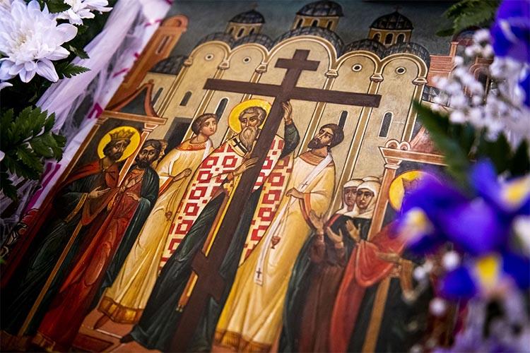 Образ Воздвижения Креста Господня в храме