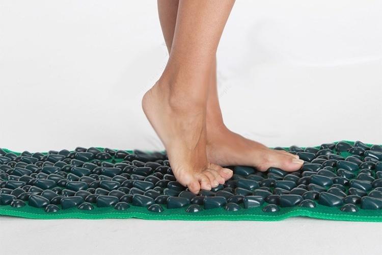 Самомассаж стоп с помощью камешков