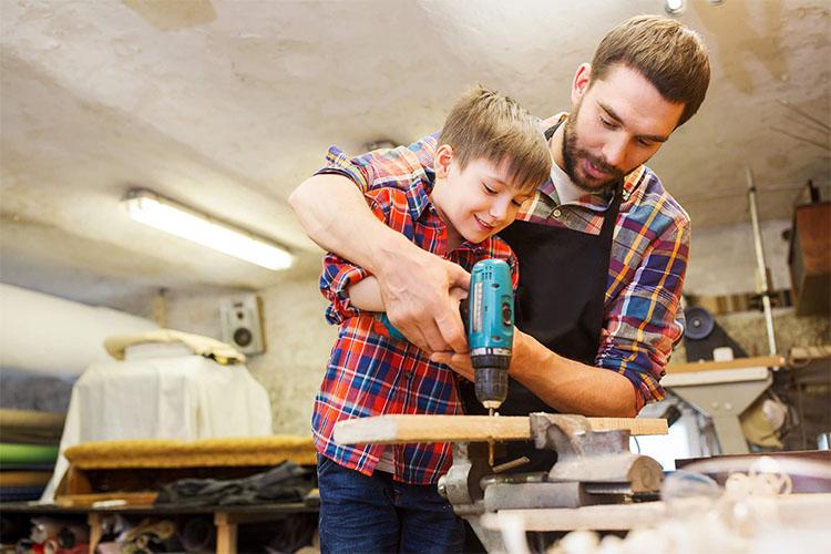 Сын помогает отцу