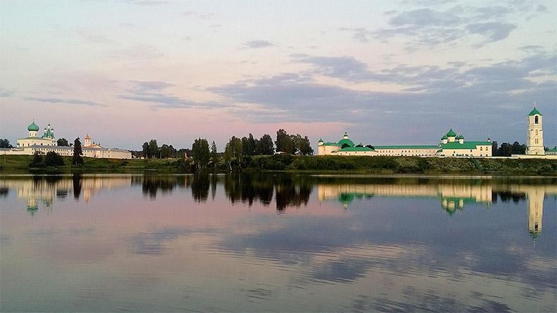 Вид на Александро-Свирский монастырь с берега Рощинского озера