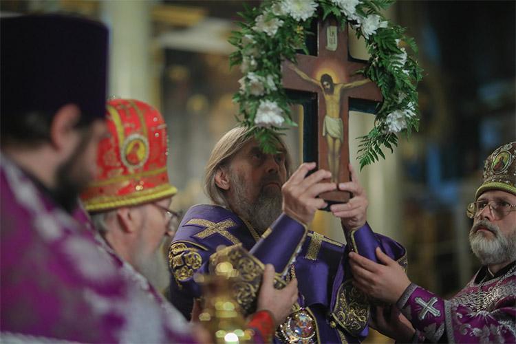 Воздвижение Честного и Животворящего Креста Господня в храме