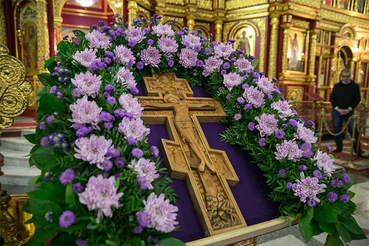 Воздвижение Креста Господня в храме