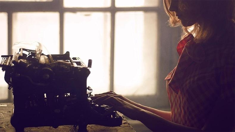 Женщина печатает на машинке