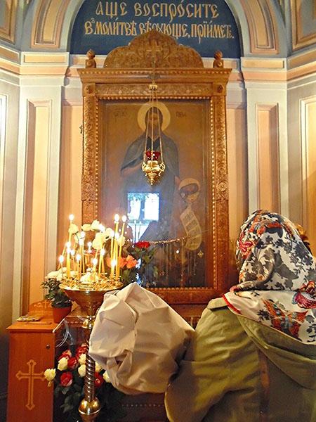 Женщина у иконы Иоанна Крестителя