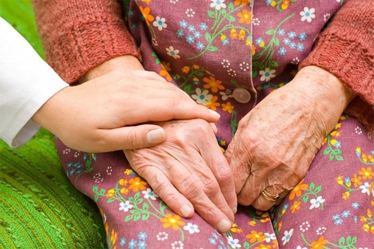 Держит руку в руке