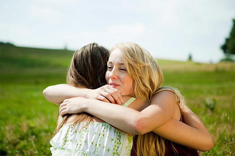 Две женщины обнимаются