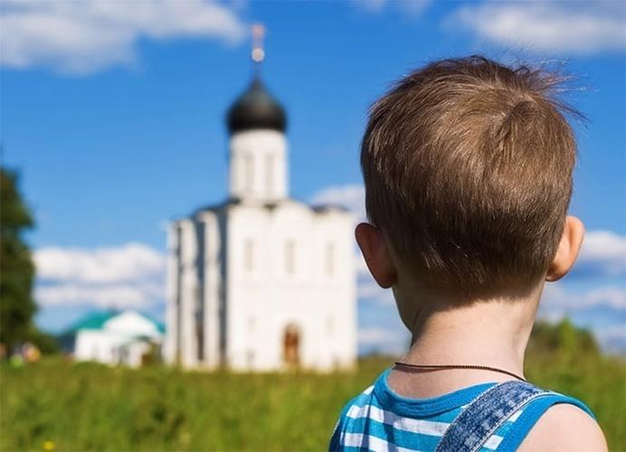 Мальчик на фоне храма