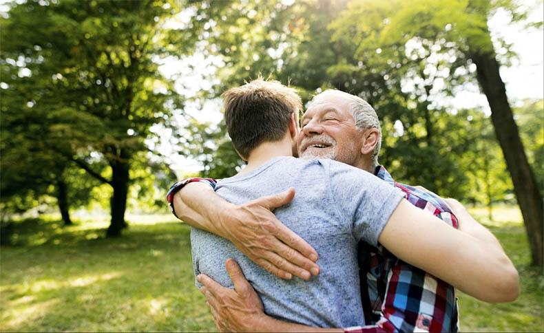 Отец и сын обнимаются