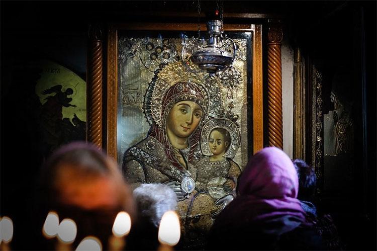 Перед иконой Богородицы