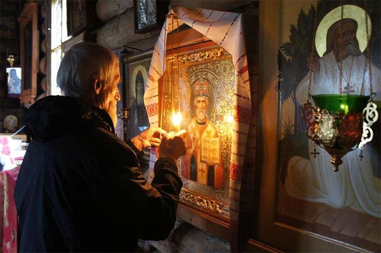 Перед иконой Николая Чудотворца